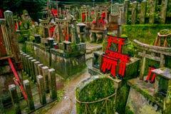 京都,日本- 2017年7月05日:Mitsurugi寺庙Choja寺庙在Fushimi Inari Taisha寺庙的祷告区域 一著名 免版税库存图片