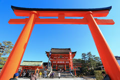 京都,日本- 1月14 :在Ro前面的一个巨型torii门 免版税库存照片