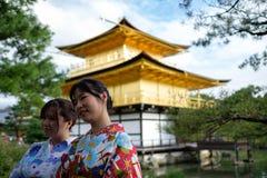 京都,日本- 10月01 :未知的女性亚裔游人在2016年10月01日的Kinkaku籍寺庙前面摆在京都 库存图片