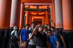 京都,日本- 10月02 :未认出的游人在2016年10月02日的Fushimi Inari-Taisha采取selfie在京都,日本 库存图片