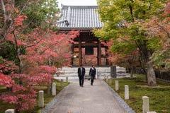 京都,日本- 11月25 :Chishaku在寺庙的游人在autu 图库摄影