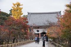 京都,日本- 11月25 :Chishaku在寺庙的游人在autu 免版税库存图片