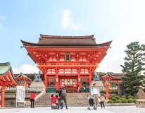 京都,日本- 10月30 :Fushimi Inari寺庙的游人在Octo 图库摄影