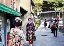 京都,日本- 2012年10月21日: 传统礼服的日本夫人 免版税库存照片