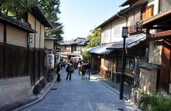 京都,日本- 2012年10月21日: 在导致的街道的游人结构 免版税图库摄影