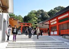 京都,日本- 2012年10月23日: Fushimi Inari寺庙的一个游人 库存图片