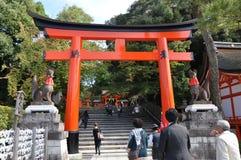 京都,日本- 2012年10月23日: Fushimi Inari寺庙的一个游人 免版税库存图片
