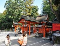 京都,日本- 2012年10月23日: Fushimi Inari寺庙的一个游人 图库摄影