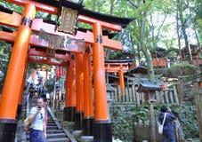 京都,日本- 2012年10月23日: Fushimi Inari寺庙的一个游人 免版税库存照片