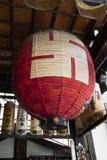 京都-日本-有十字记号标志的纸灯 免版税库存图片
