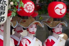 京都- 7月24 :未认出的Maiko女孩(或Geiko夫人) hanagasa游行的在Gion在7月24日2014墨水(节日)举行的Matsuri 库存图片