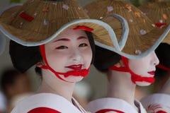 京都- 7月24 :未认出的Maiko女孩(或Geiko夫人) hanagasa游行的在Gion在7月24日2014墨水(节日)举行的Matsuri 免版税图库摄影