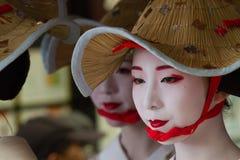京都- 7月24 :未认出的Maiko女孩(或Geiko夫人) hanagasa游行的在Gion 2014年7月(节日)举行的Matsuri 24日寸 库存照片