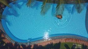 亭亭玉立的女孩在水池的圆环航行到障碍 影视素材