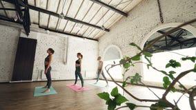 亭亭玉立的女孩实践做舒展的瑜伽在席子的锻炼序列在轻的健康中心 健康 股票视频
