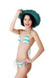 年轻亭亭玉立的妇女佩带的游泳衣和夏天帽子 免版税库存图片
