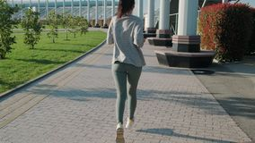 亭亭玉立的妇女在公园跑步在夏日,后面看法 股票录像
