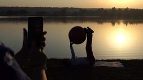 亭亭玉立的妇女训练与fitball,第二射击她 股票视频