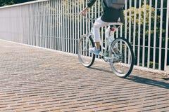 亭亭玉立的妇女骑城市自行车 免版税库存图片