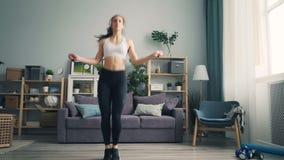 亭亭玉立的年轻在于心脏锻炼集中的公寓的女运动员跳绳 影视素材