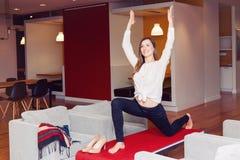 亭亭玉立的思考适合运动的年轻白白种人的女商人画象做瑜伽行使 库存照片