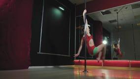 年轻亭亭玉立的性感的杆舞蹈妇女fhd 股票录像