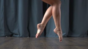 亭亭玉立的腿在阶段慢慢地倒下 影视素材