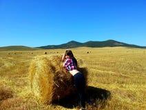 亭亭玉立的身体妇女在种秣草地 免版税图库摄影
