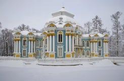 亭子偏僻寺院多云2月天 凯瑟琳公园, Tsarskoe Selo 免版税图库摄影
