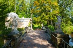 亭子叫Cold Bath和有名骑手雕塑的名骑手桥梁在Pavlovsk,圣彼德堡,俄罗斯 免版税库存图片
