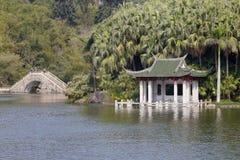 亭子和石头桥梁在wanshi植物园湖  免版税库存照片