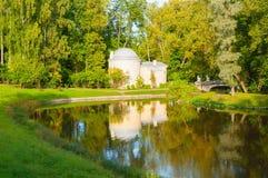 亭子在巴甫洛夫斯克公园叫Cold Bath靠近Slavyanka河在巴甫洛夫斯克,圣彼德堡地区,俄罗斯 库存照片