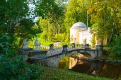 亭子在Pavlovsk公园叫Cold Bath和名骑手桥梁靠近Pavlovsk的,圣彼德堡,俄罗斯Slavyanka河 免版税库存照片