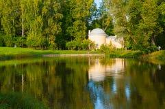 亭子在Pavlovsk公园叫Cold Bath靠近Pavlovsk的,圣彼德堡,俄罗斯Slavyanka河 免版税库存图片
