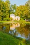 亭子在Pavlovsk公园叫Cold Bath靠近Pavlovsk的,圣彼德堡,俄罗斯Slavyanka河 免版税图库摄影