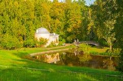 亭子在Pavlovsk公园疆土叫Cold Bath在Pavlovsk的,圣彼德堡,俄罗斯Slavyanka河 免版税库存图片