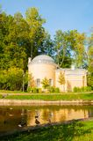 亭子在Pavlovsk公园疆土叫Cold Bath在Pavlovsk的,圣彼德堡,俄罗斯Slavyanka河 免版税库存照片