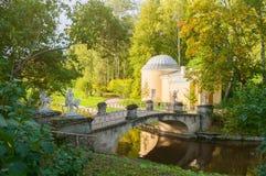 亭子在Pavlovsk的,圣彼德堡,俄罗斯Pavlovsk公园疆土叫Cold Bath和名骑手桥梁 免版税图库摄影