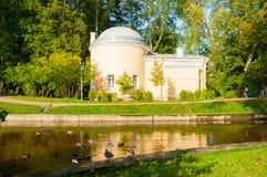 亭子在Pavlovsk的,圣彼德堡,俄罗斯Pavlovsk公园疆土叫Cold Bath 库存照片