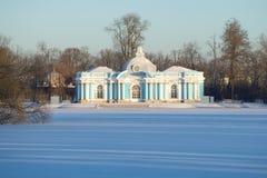 洞穴亭子在Tsarskoye Selo凯瑟琳公园在冷淡的11月下午的 库存照片