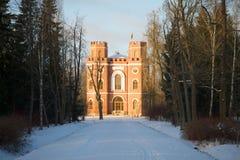 亭子武库的看法11月雪早晨 Tsarskoye Selo Aleksandrovsky公园  库存照片