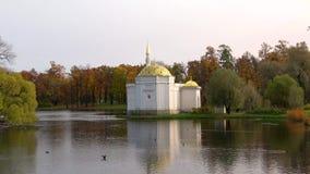亭子`土耳其浴`在10月晚上 Tsarskoye Selo,圣彼得堡 影视素材