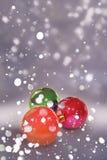 亮光与落的雪的圣诞节球 晚上圣诞节背景 免版税图库摄影