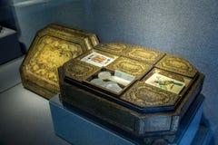 黑亮漆庭院比赛孔屑箱 在19世纪做的罕见的木艺术 免版税库存照片