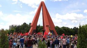 亲俄国支持者到达基希纳乌纪念品 免版税库存图片