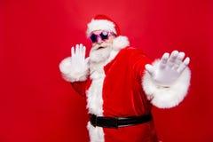 亲切快乐正面时髦唬弄在传统的年迈的圣诞老人 库存图片