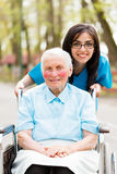 亲切的护士和年长夫人 免版税库存图片