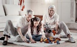 亲切的祖父母再创与被聚焦的孙女 免版税库存照片