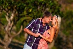 亲吻一名妇女的人在热带 库存照片