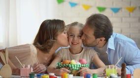 亲吻一点女儿,断裂的充满爱心的父母在复活节费斯特的准备时 影视素材